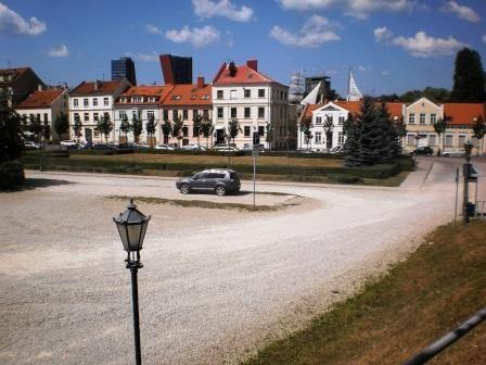 Живая изгородь в центре снимка обозначает место, где ранее находилось одно из утерянных зданий Клайпеды