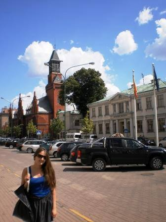 Здание главпочтамта и музей часов (справа)