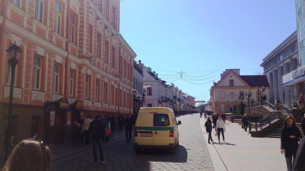 Несмотря на то, что Советская официально считается пешеходной улицей, машины на ней все-таки не особая редкость