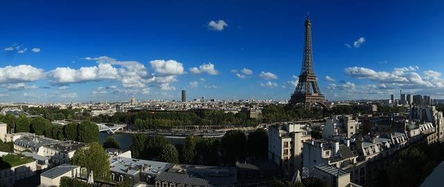 Эйфелева Башня на панораме Париже