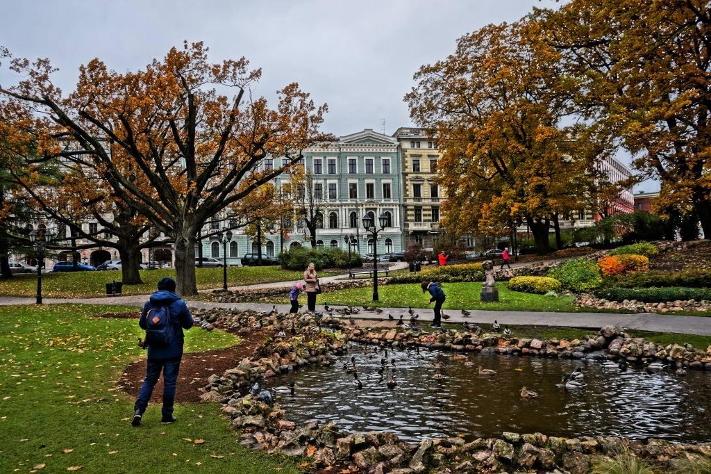 парк в Риге осенью