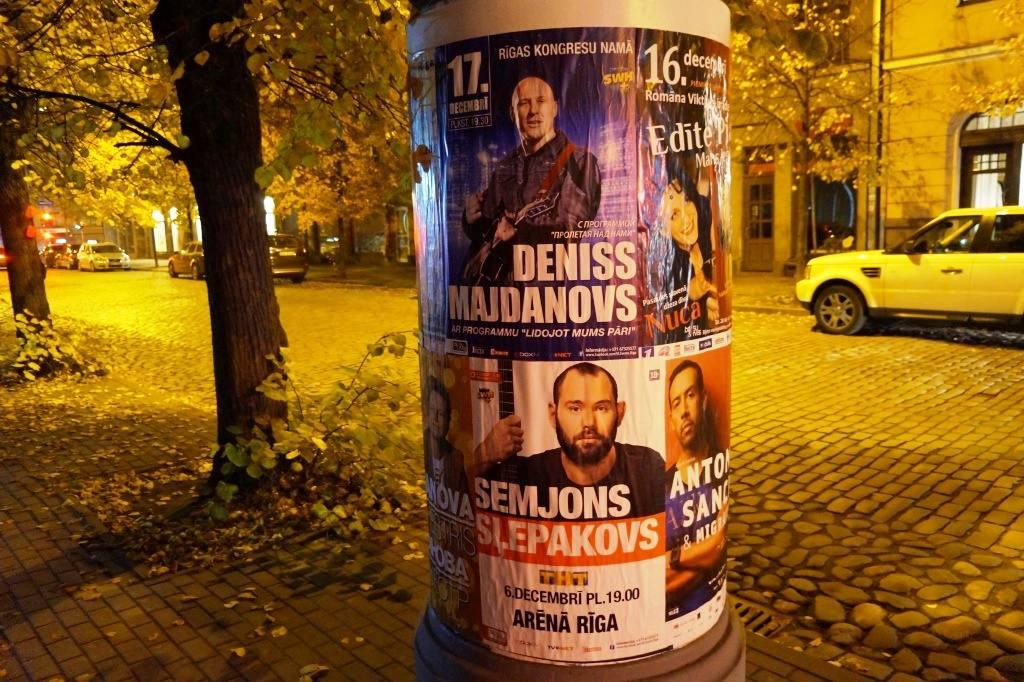 плакаты во время прогулки по Риге