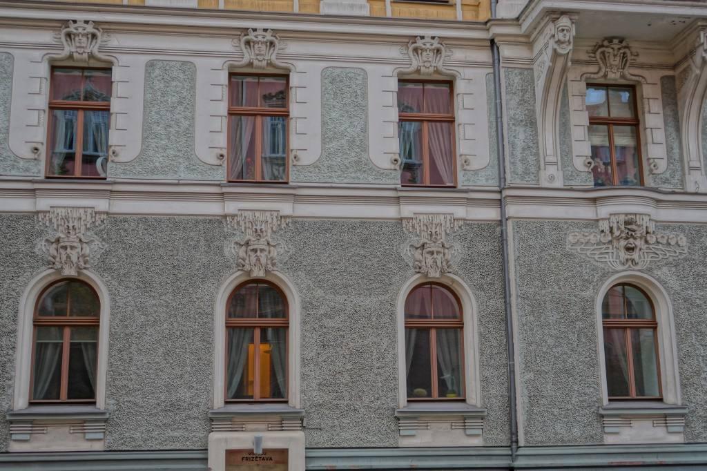 лица на фасадах