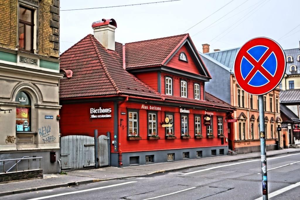 красный дом в Риге