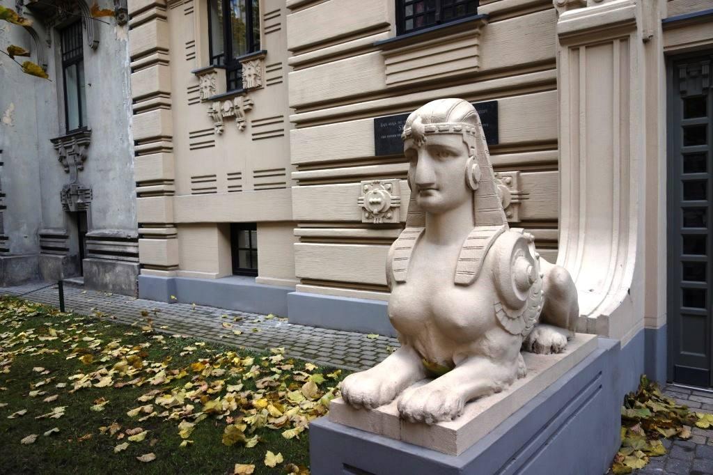 скульптура у здания