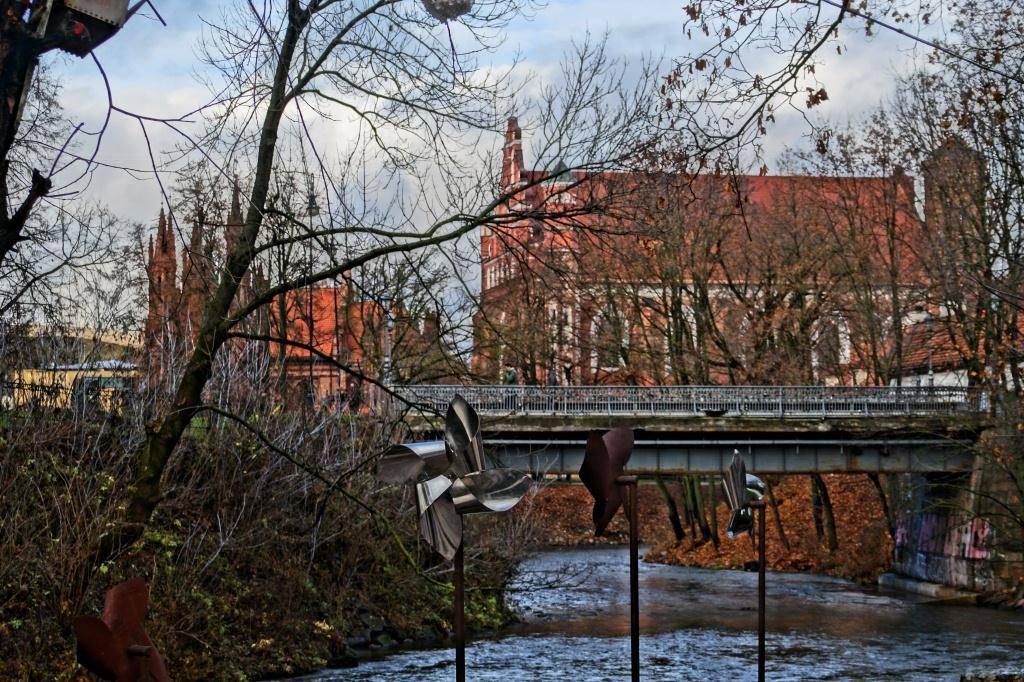 красный Бернардинский костел Литва