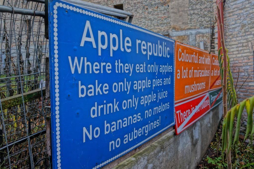 знаки в ужуписе яблочная республика