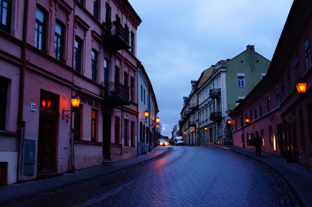 Ужупис ночью улица в фонари