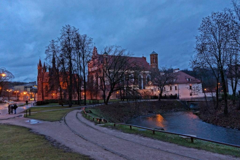 красный костел Вильнюса ночью