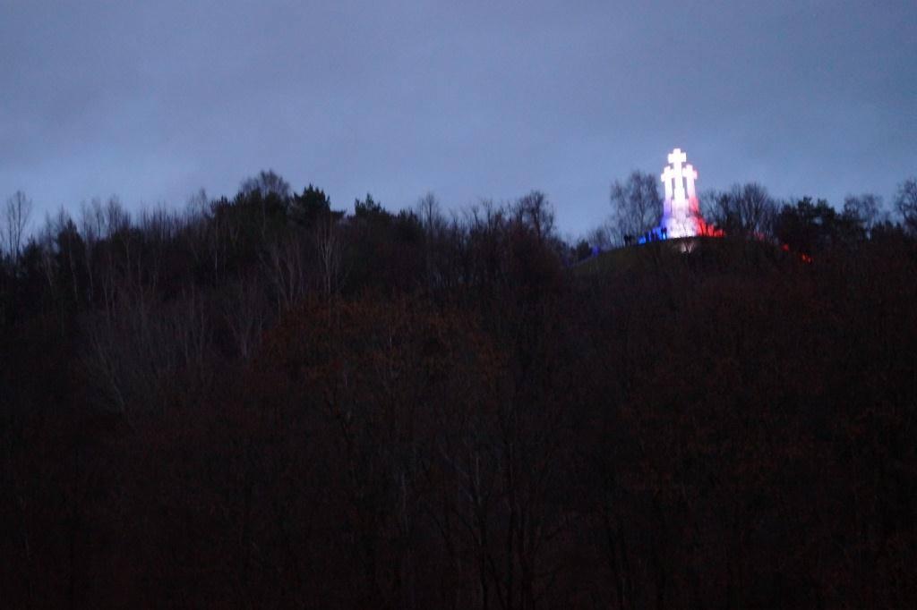 гора крестов ночью