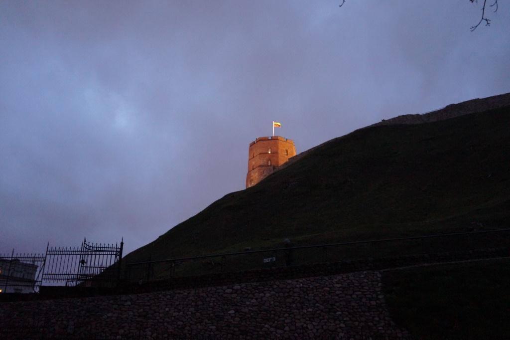 прогулка по вильнюсу ночью башня гедемина