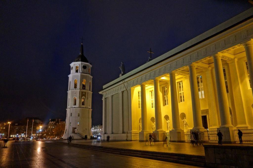 собор в литве ночью