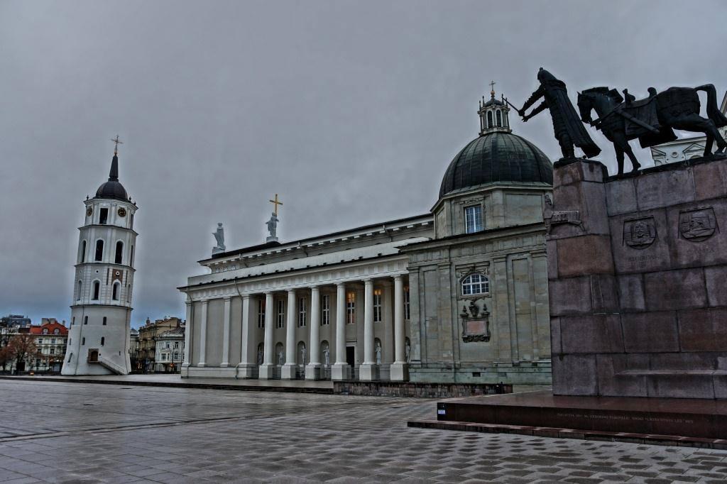 кафедральный собор Вильнюса и памятник
