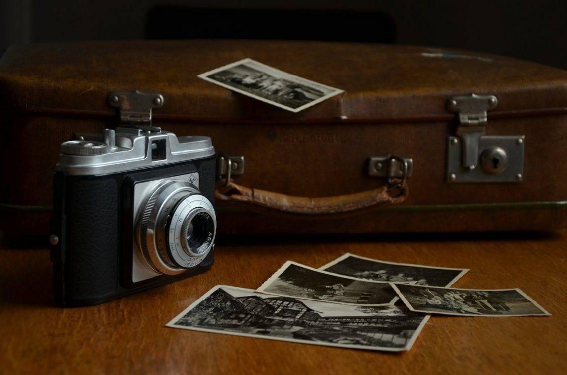 чемодан и фотоаппарат