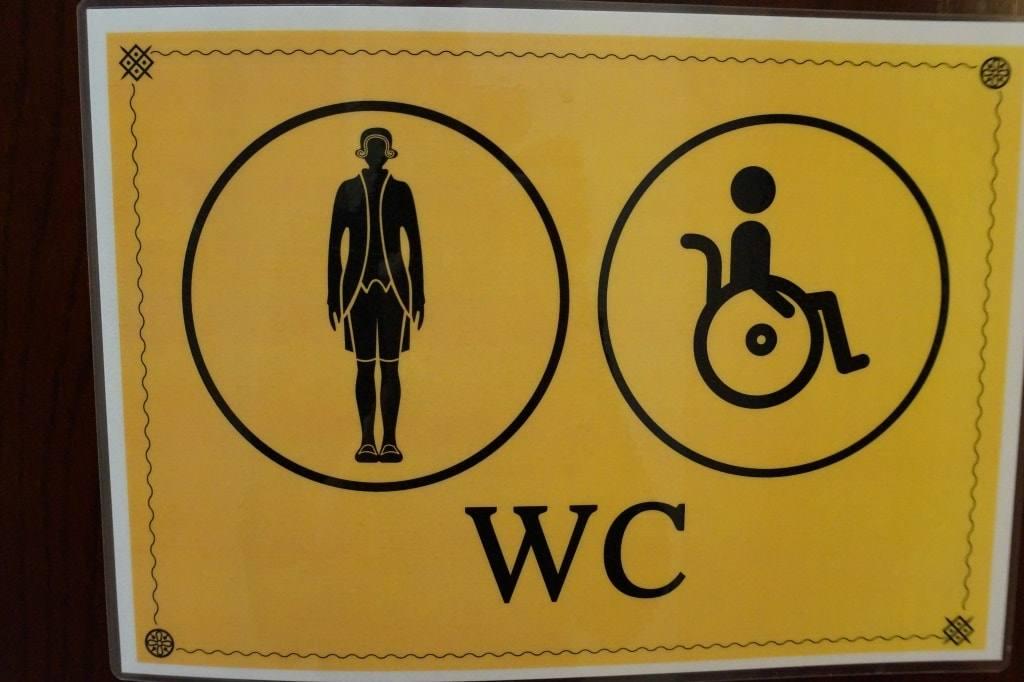 таблички на туалетах дворца