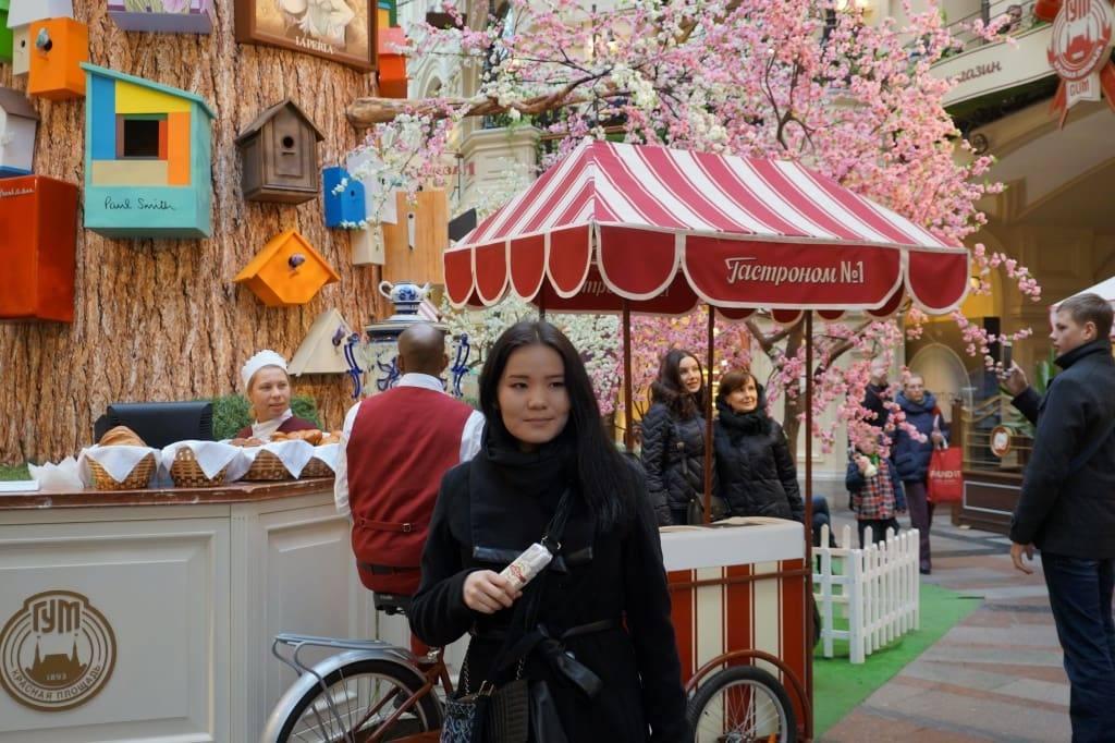 китаянка в ГУМе Москвы
