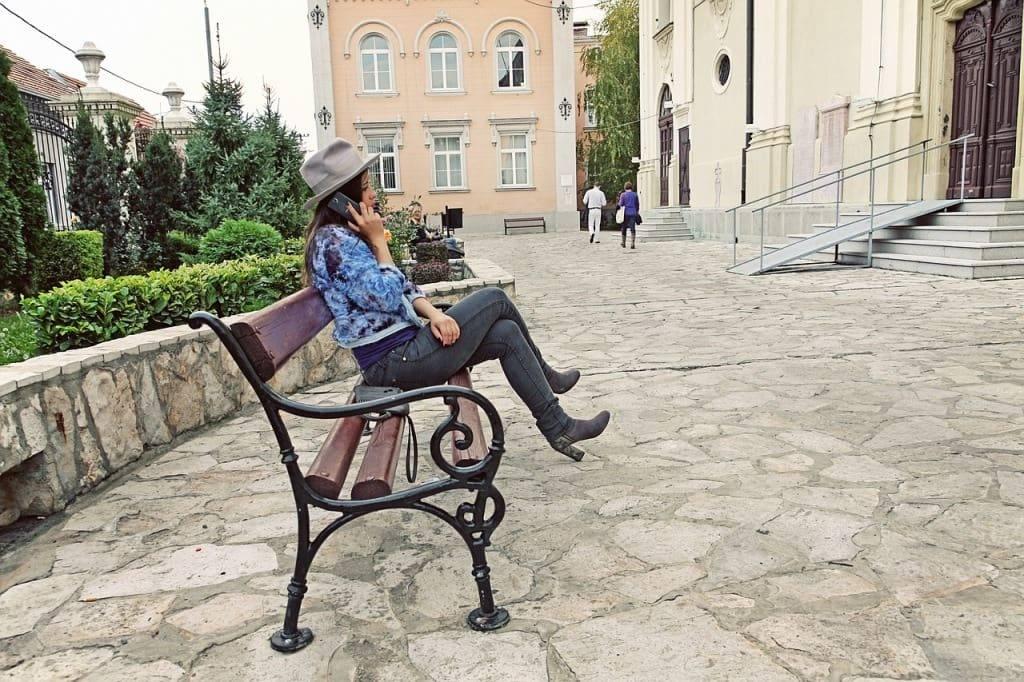 девушка на улице в Белграде