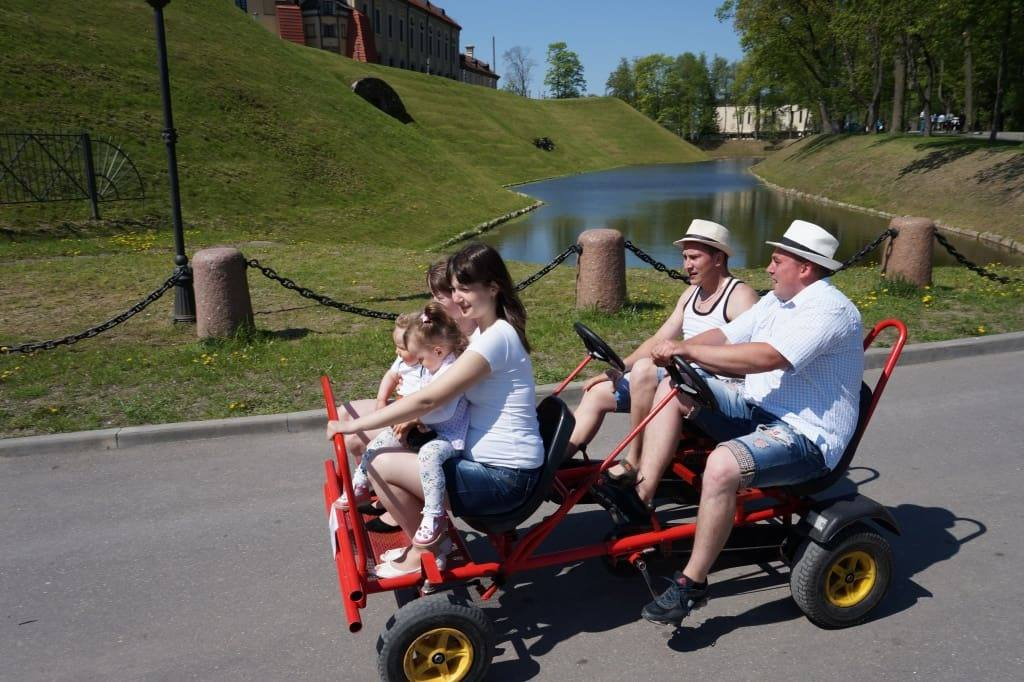 туристы на машинке