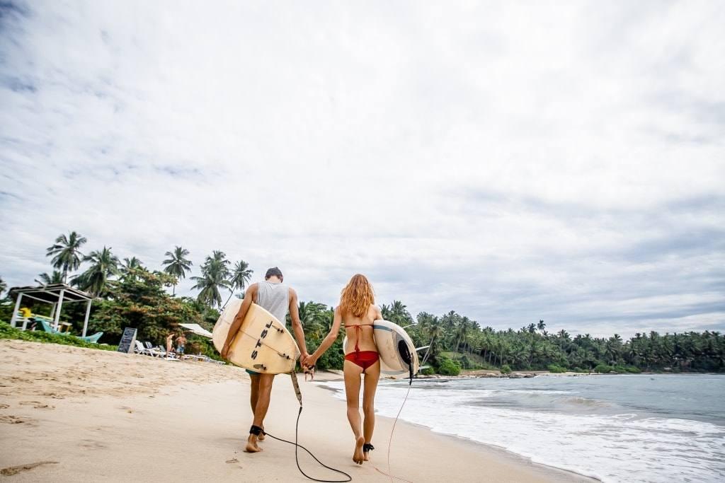 серфингисты на пляже Шри Ланки