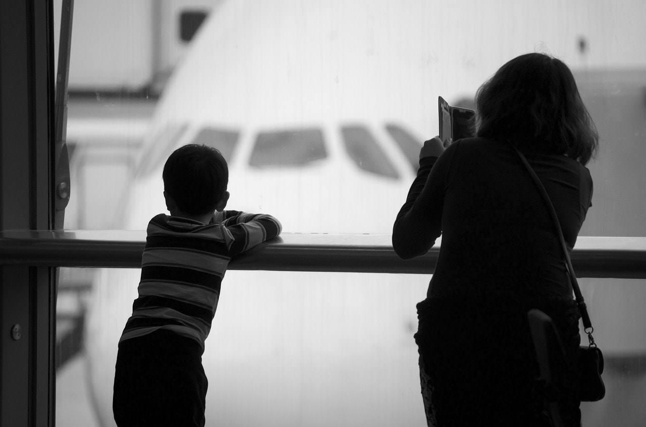 аэропорт самолет за окном