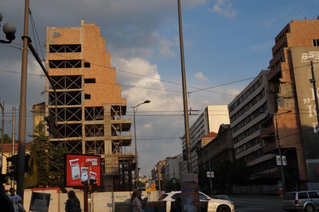 разрушенное здание достопримечательности Белграда
