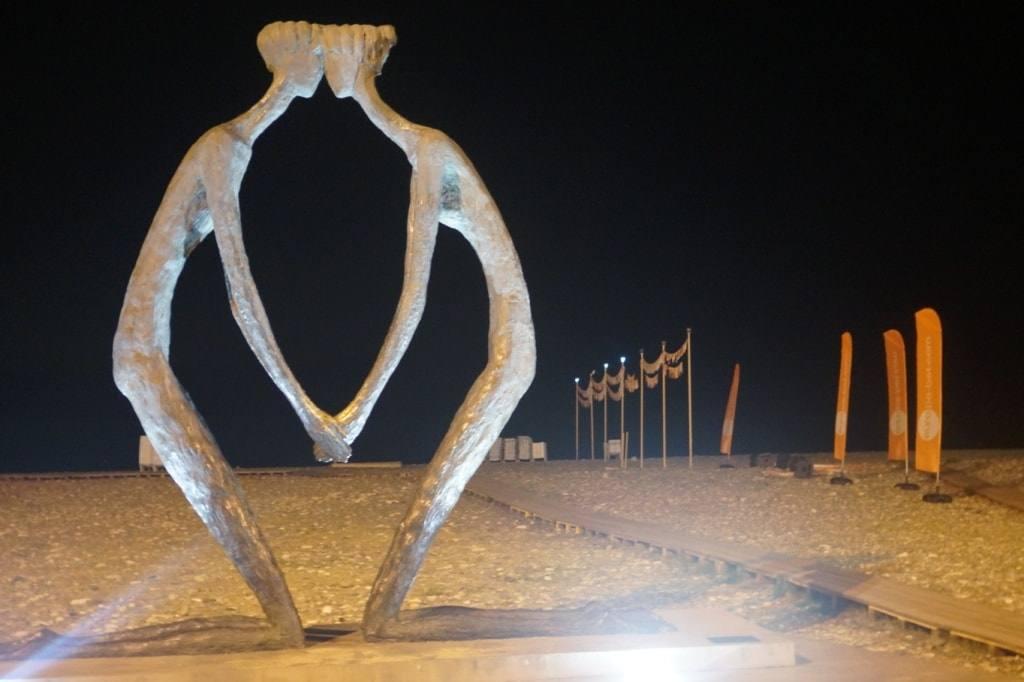 скульптура на пляже в Батуми