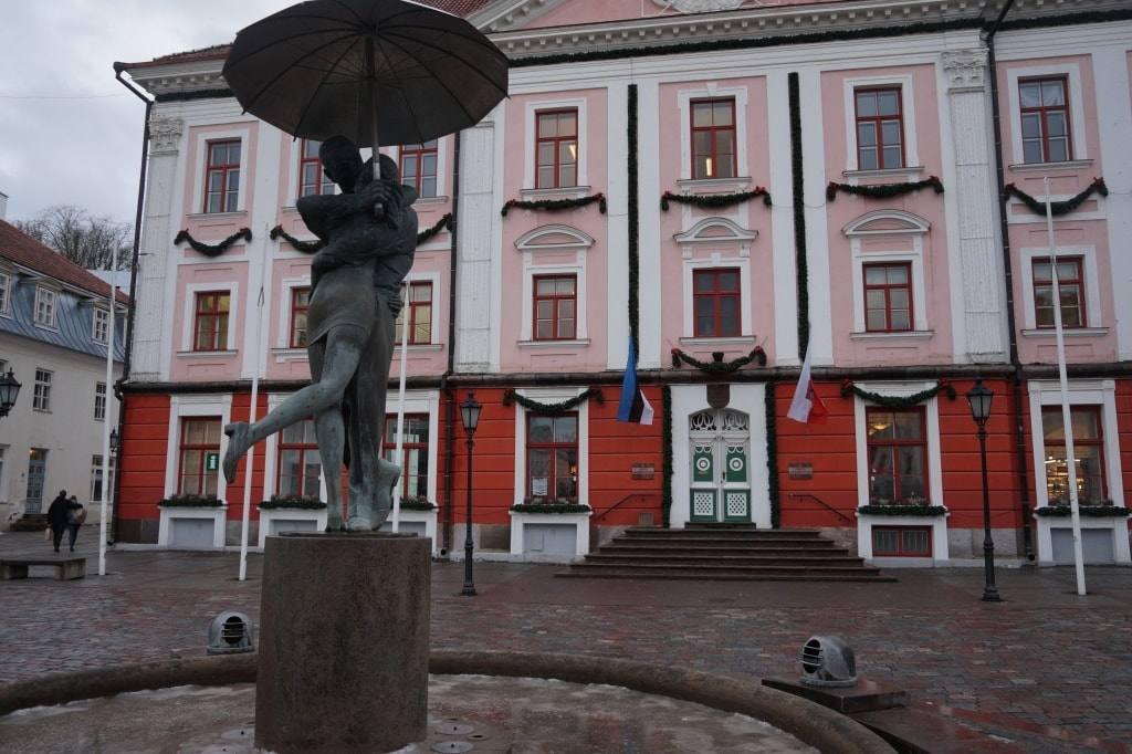 памятник-в-тарту-целующиеся-студенты