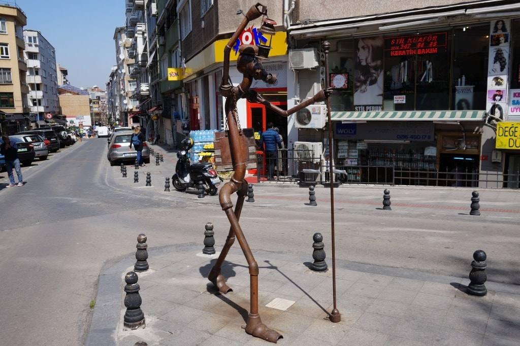 statuja-s-fonarjom