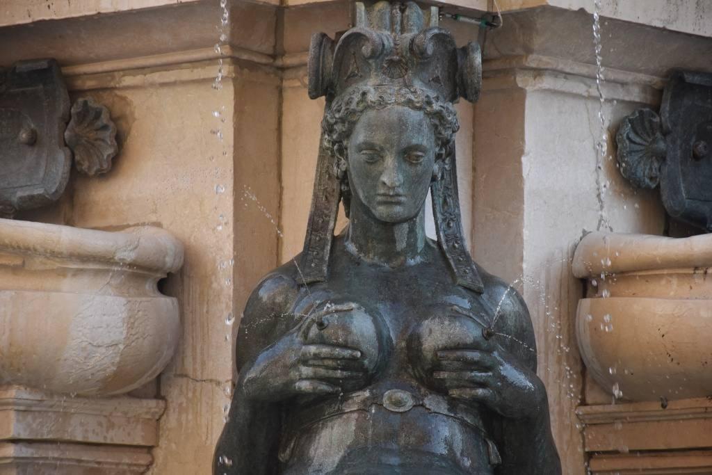 devushka-na-fontane-v-bolonii