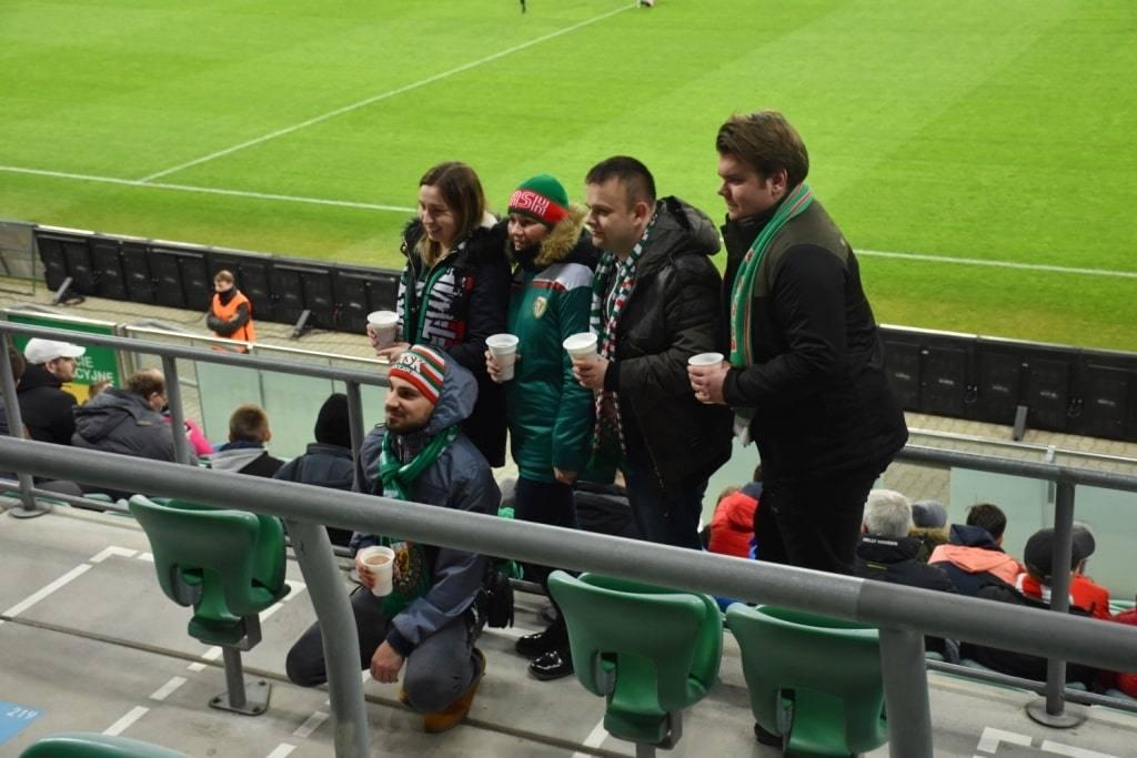 ludi-na-stadione-shljonsk