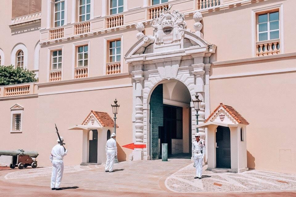 karaul-u-dvorca