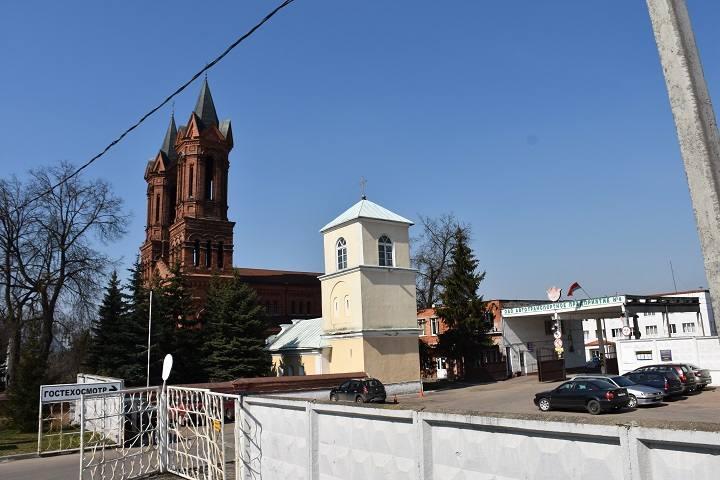 kostel-i-avtobaza