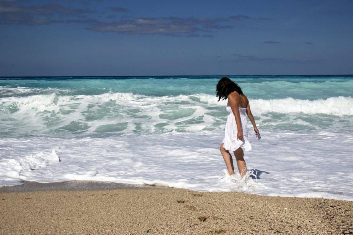 девушка море волны