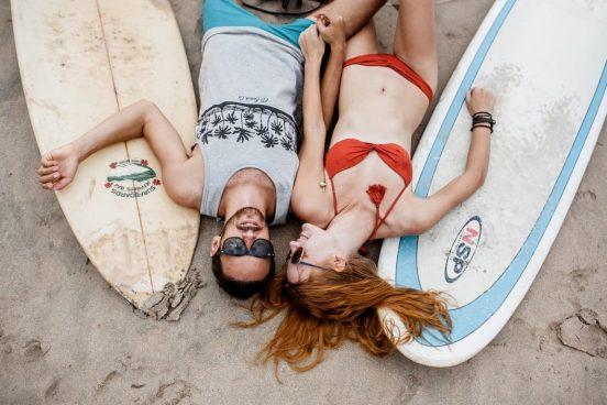 парень и девушка на пляже