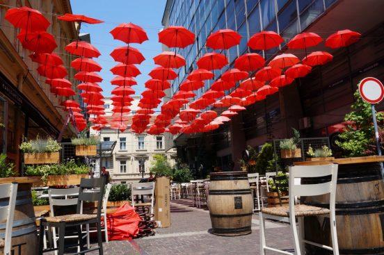 красные зонтики в белградском кафе