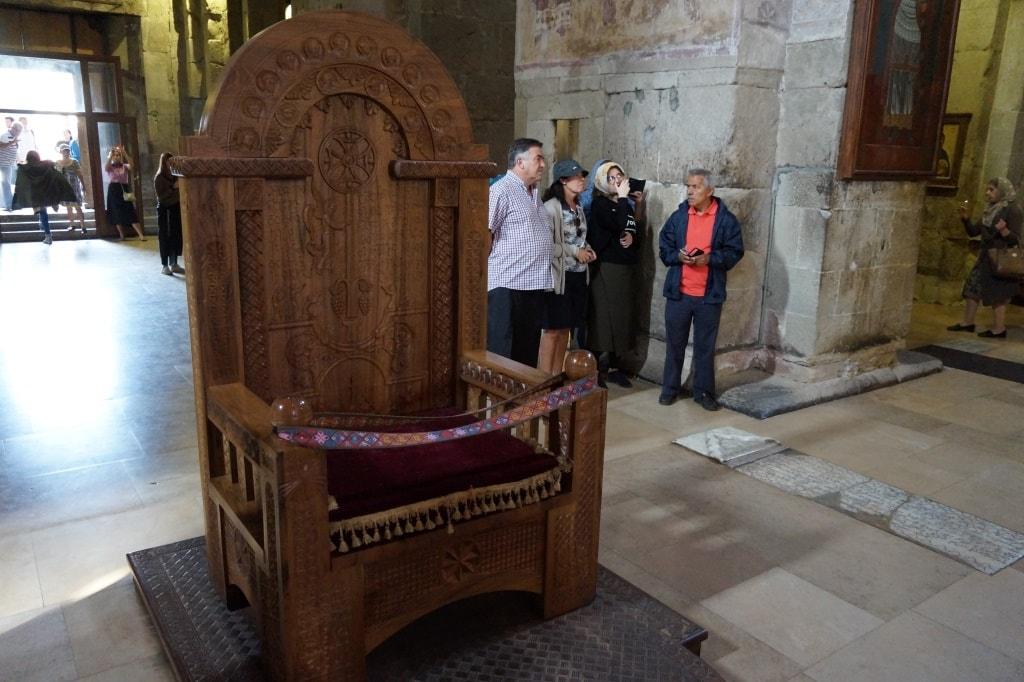 tron-vnutri-cerkvi-sveticxoveli-min