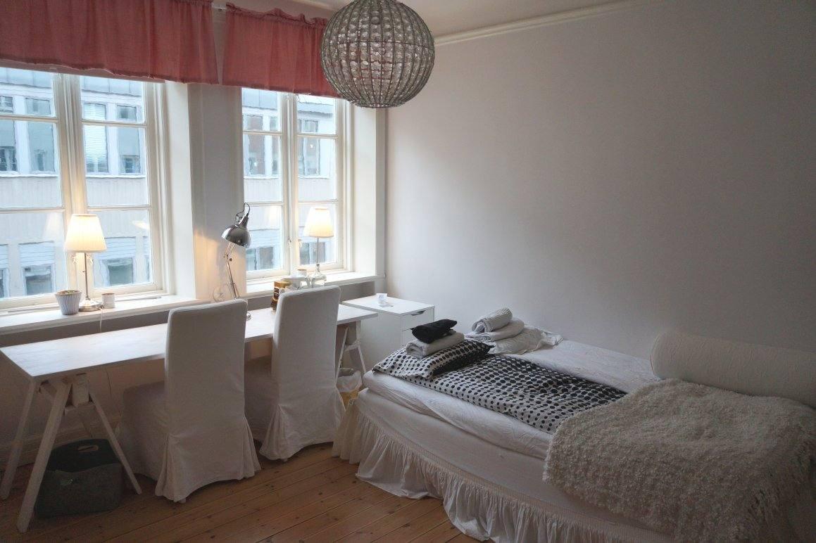 Комната с белым потолком. Наше жилье в Мальмё.
