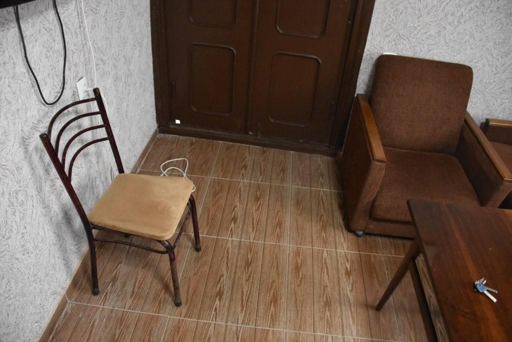 Дыра в полу, хор из лягушек и самый алчный лифт. Обзор квартир, где мы жили в Грузии.